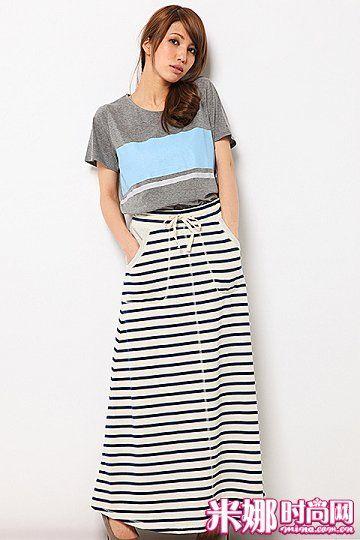 时尚的条纹长裙,搭配T恤充满街头感。