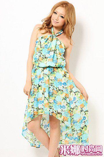 印花长裙充满夏日氛围,非常适合度假和海滩休闲。