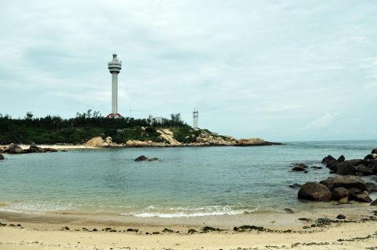 灯塔和清浅的海滩