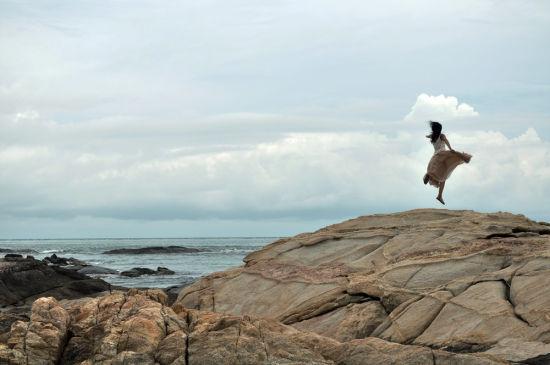 礁石上的少女