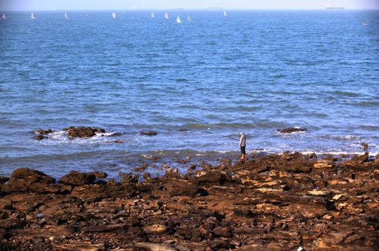 海钓和玩帆船的人们