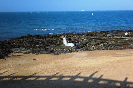 在岸边拍婚纱照