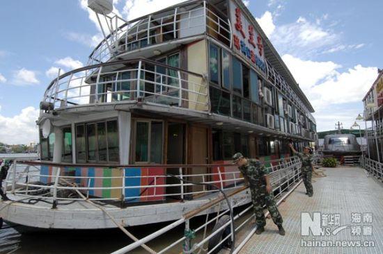 6月25日,边防干警在对停航游船进行安全检查。