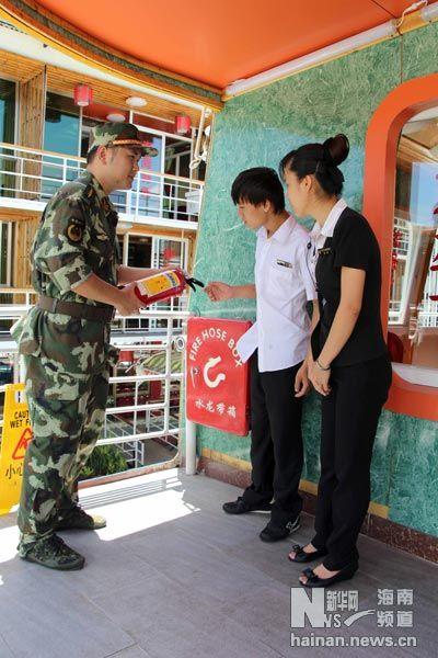 6月25日,边防干警在对停航游船消防设施进行检查,并向游船工作人员讲解消防设施操作的注意事项。