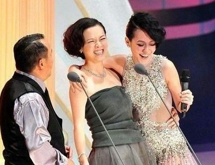 当年的情敌小S与曾宝仪在2010年金马奖上一笑泯恩仇