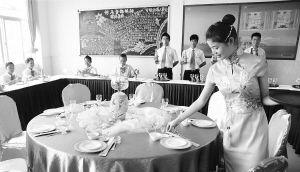 海南省旅游学校的学生们正在进行技能职业培训。 海报集团全媒体中心记者 张茂 摄