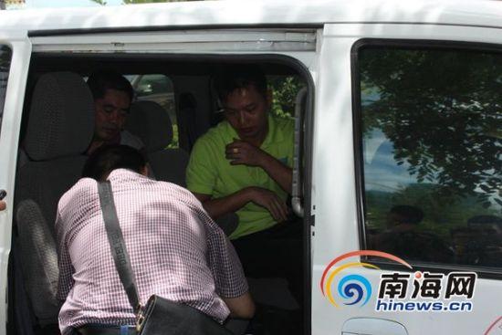 调查组成员对司机录口供(记者马伟元摄)