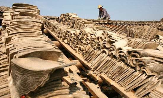 当地村民正在修葺古建筑