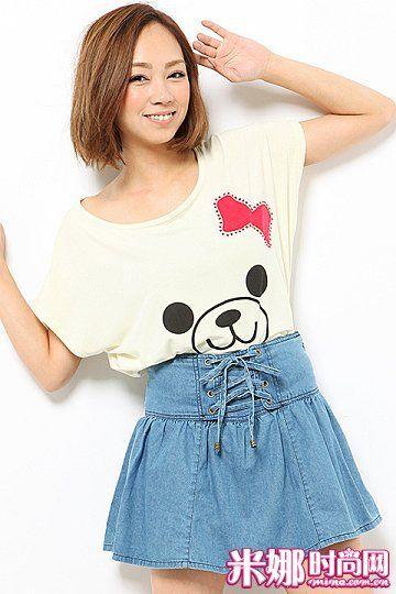 充满童趣的可爱T恤与牛仔裙裤搭配,甜美中带点辛辣感。