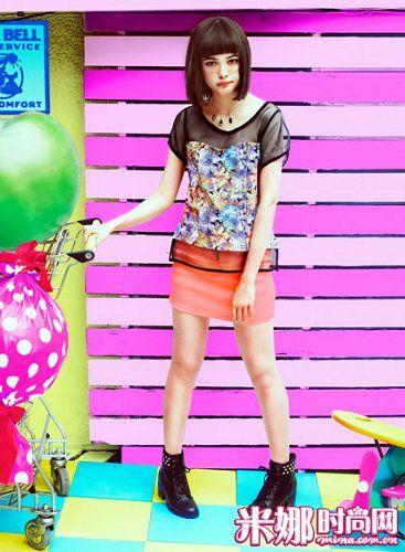糖果色短裙穿上就让人明亮起来,不想显得幼稚,可以搭配成熟风印花上衣,蕾丝的拼接更显时尚。足部的短靴搭配,让整体造型更加帅气个性。