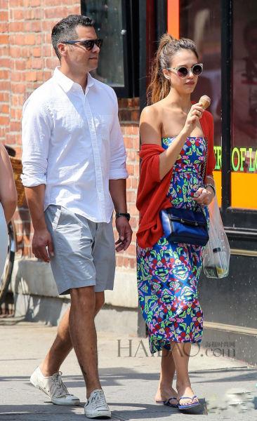 杰西卡·奥尔芭 (Jessica Alba) 和丈夫在曼哈顿区外出
