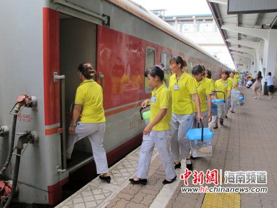 哈尔滨开行海口的首趟列车k1124缓缓驶入海口火车站