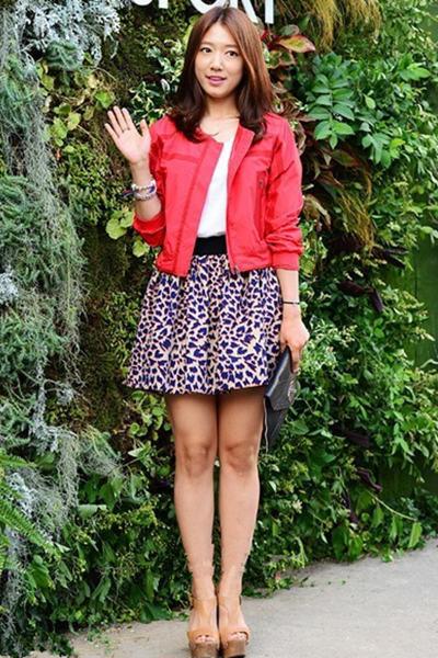 朴信惠:红色外套+豹纹半身裙