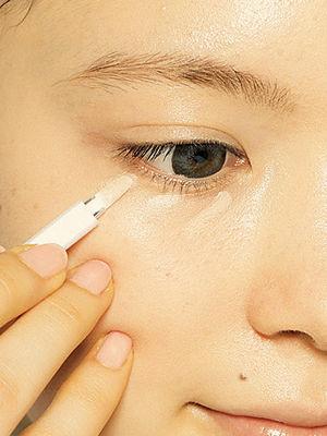 1.选择比自己肤色浅的颜色涂在黑眼圈处。