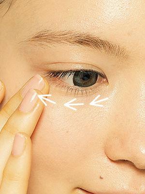 2.用手指沿剪头方向轻轻将遮瑕膏拍开后,再轻微涂抹,使遮瑕膏更加均匀、服帖