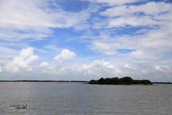 轮渡上,经过一个无人小岛,这岛上是鸟的天堂,而且远远就能看到岩石上白色的生蚝。