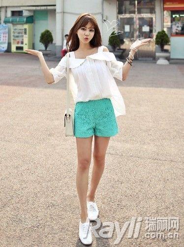 白色露肩娃娃衫搭配绿色高腰蕾丝短裤