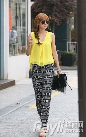 黄色无袖雪纺衫搭配高腰印花裤