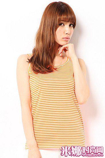 定番条纹背心,比起清爽感的蓝白条纹,橙白条纹更具夏季气息,也更显活泼。