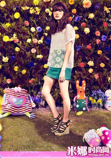 流行的欧根纱上衣搭配糖果色紧身裙,少女气息十足。