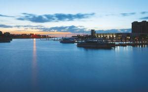 夕阳下的海口市新埠岛游艇码头
