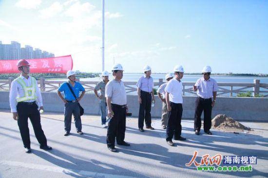 杨浩强局长在琼州大桥施工现场视察