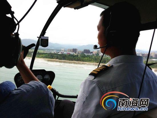 记者乘坐直升机体验俯瞰三亚湾(南海网记者刘丽萍摄)