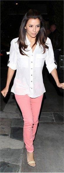 时尚解析:白色衬衫搭上粉色铅笔裤,干净的色调让整体look更加时尚甜美。
