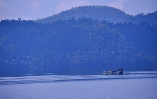 水库周围群山环绕(摄影:飞海梦,康庄大道)