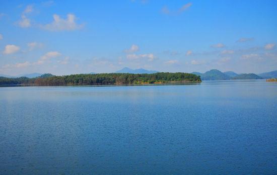 水中央的岛