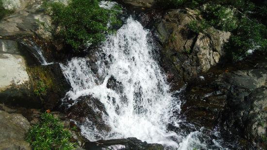 山间清凉小瀑布