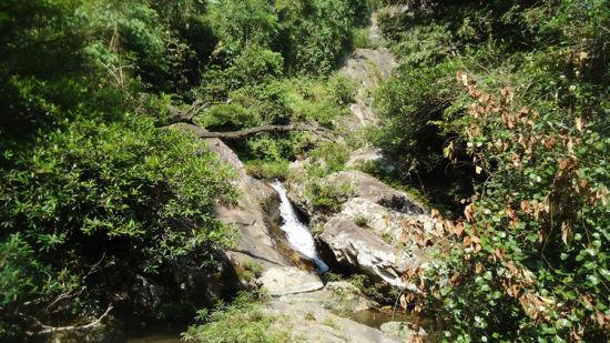瀑布支流从高处流下