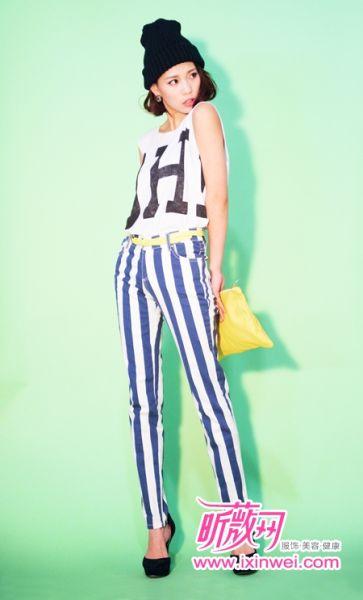 竖条纹长裤加入荧光色腰带拉伸整体视觉效果
