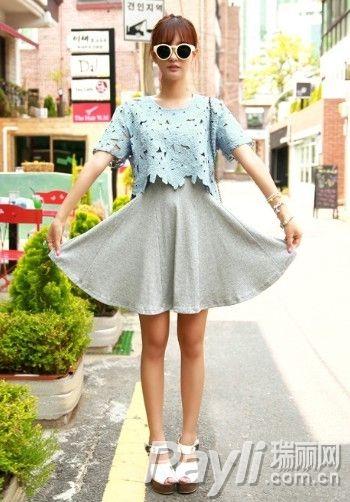天蓝色镂空T恤搭配灰色喇叭裙