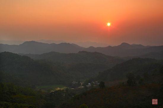 夕阳下的五指山
