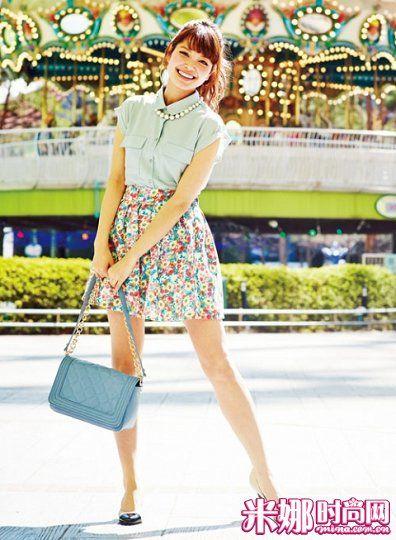 豆沙绿无袖衬衫搭配碎花短裙,雪纺的半通透材质看起来清凉可爱。
