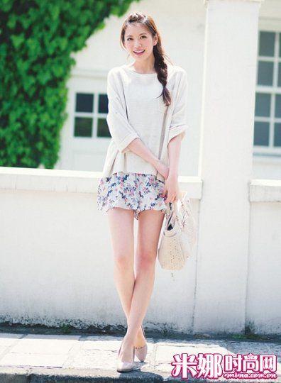 宽松的针织上衣搭配碎花裙裤,露出一半的碎花单品,清新甜美。