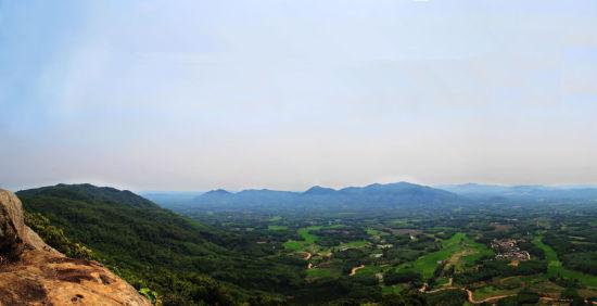 登上海南卧龙山远眺