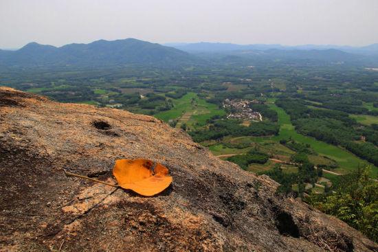 爬上山顶看到的美景
