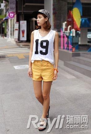 白色数字背心搭配黄色短裤