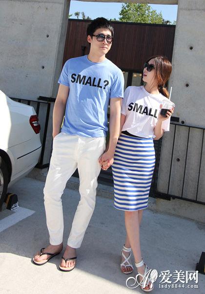 搭配Tips:大号英文字母T恤+蓝白搭配