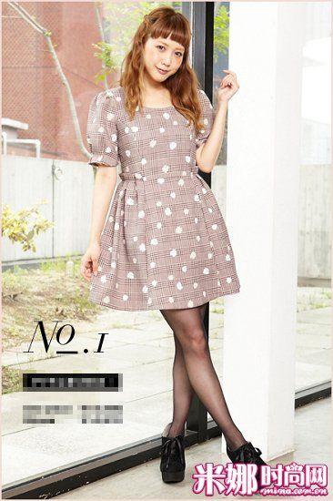 格纹小花朵连衣裙,薄呢质地挺括的版型,修身又上品。