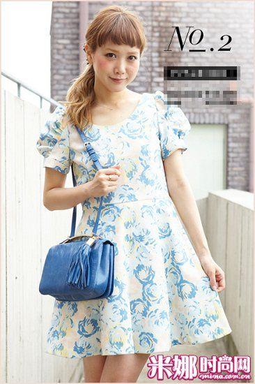 蓝色花纹连衣裙搭配同色系包包,清爽可爱。