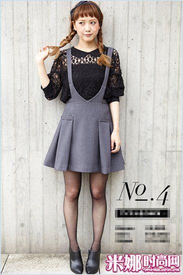 蕾丝上衣搭配灰色背带裙,甜美上品的淑女LOOK,踝靴的搭配篇带出季节感。