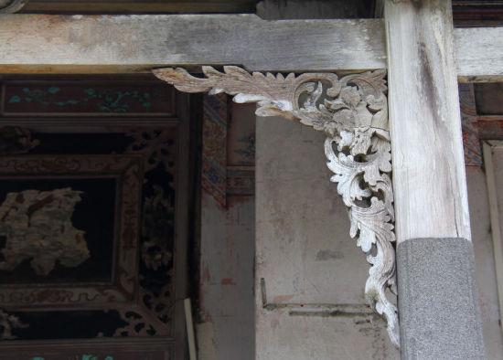 客房屋檐下一对蟠龙缕空木雕图案