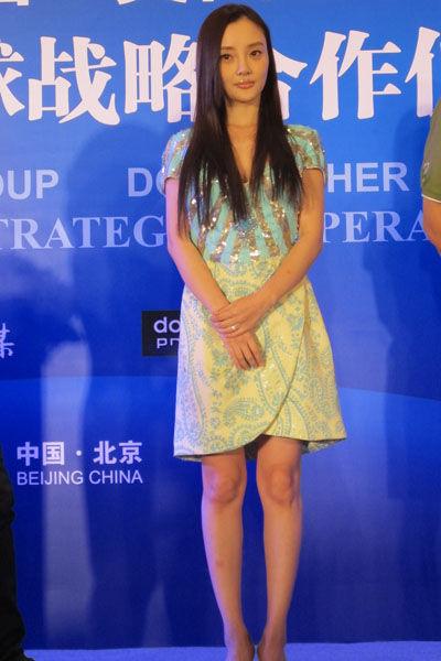 【李小璐】搭配:蓝黄树藤印花亮片连衣裙+裸色鱼嘴高跟鞋