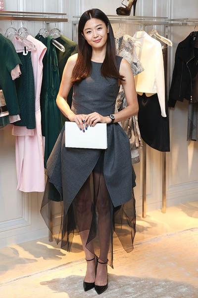 【全智贤】搭配:灰色露背拼接连衣裙+黑色尖头高跟鞋