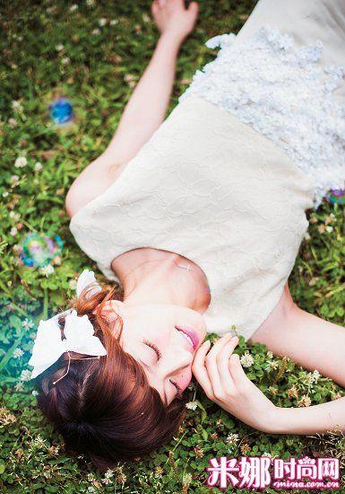 白色蕾丝缀花长裙 33180元/MAXMARA 十字架细项链 新品未定价/Jupiter