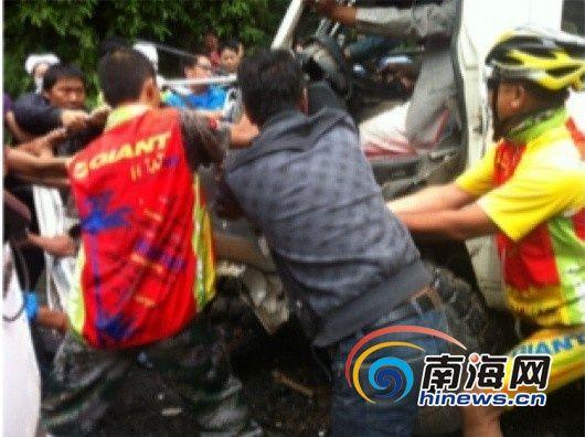 骑行队伍队员黄海宁拍摄的救出司机的过程。(南海网记者谭邦会)
