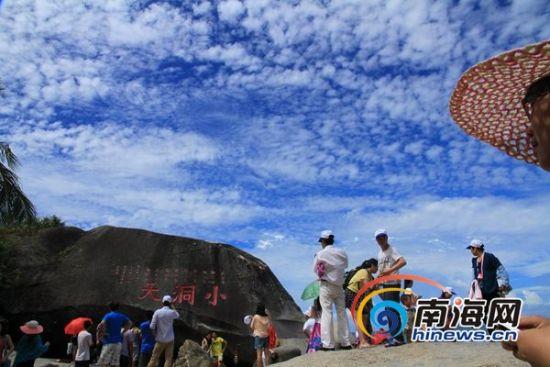 游客在三亚大小洞天景区游玩(南海网记者马伟元摄)